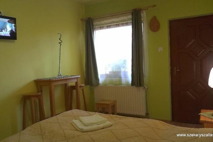 Cameră dublă + 1 sofă